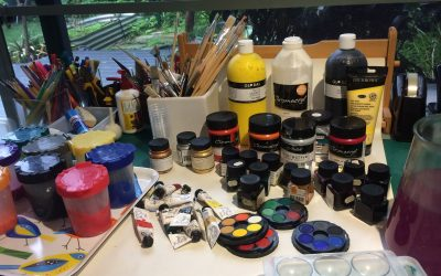 Paints. Choice of materials in the therapy room